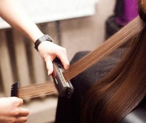 выпрямление волос утюжками